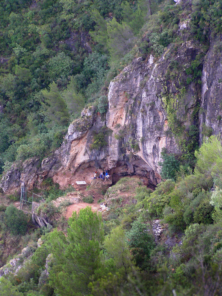 Diferentes vistas de la boca de la Cova del Bolomor