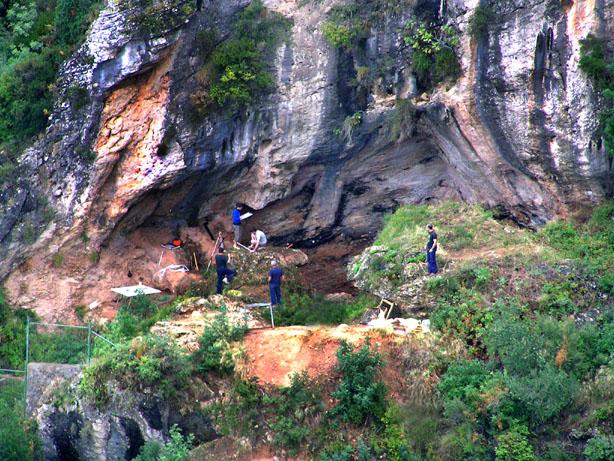 Diferentes vistas de la Cueva Bolomor