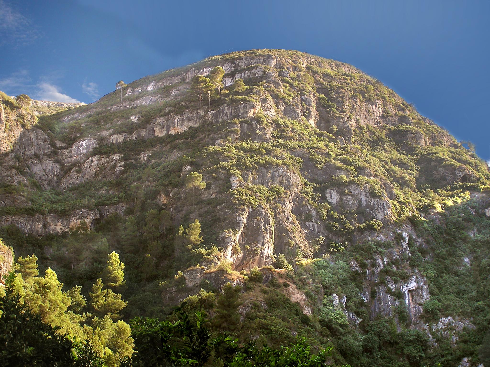 Boca de la cueva en el farallón rocoso. Vista meridional